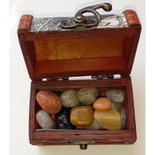 Kristali in minerali v leseni darilni škatlici
